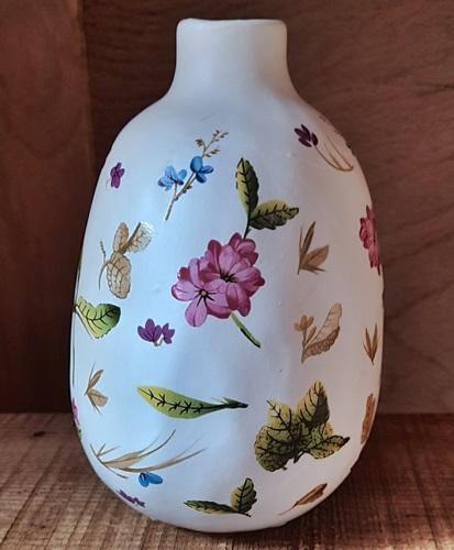 Deko-Vase mit Dellen u. Blumen