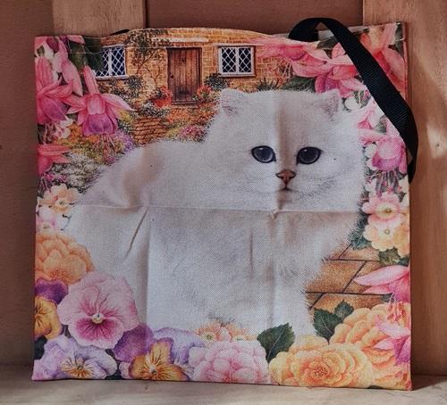 Weisse Katze auf Tasche